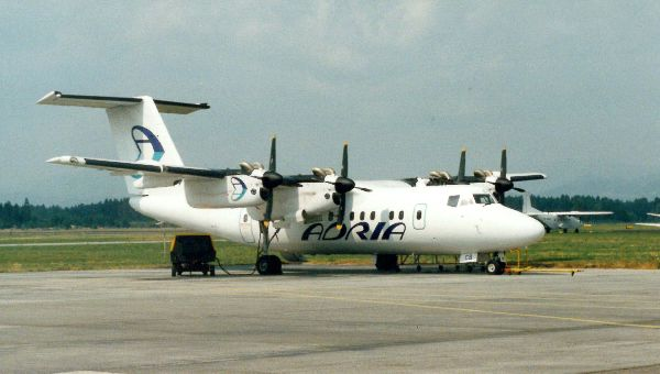 adria_airways_dash-7_na_ploscadi.jpg