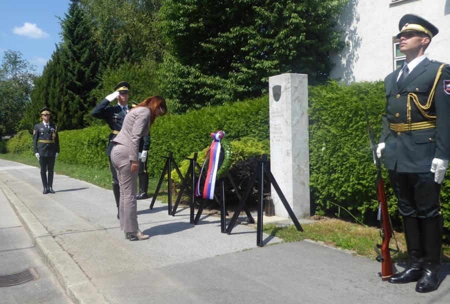 Ministrica za obrambo ob spominskem obeležju pilotu Mrlaku proti vsakemu potvarjanju zgodovinskih dejstev