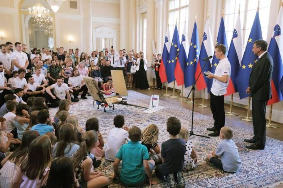 Pahor vročil »Jabolko navdiha« ekipi študentov Fakultete za strojništvo